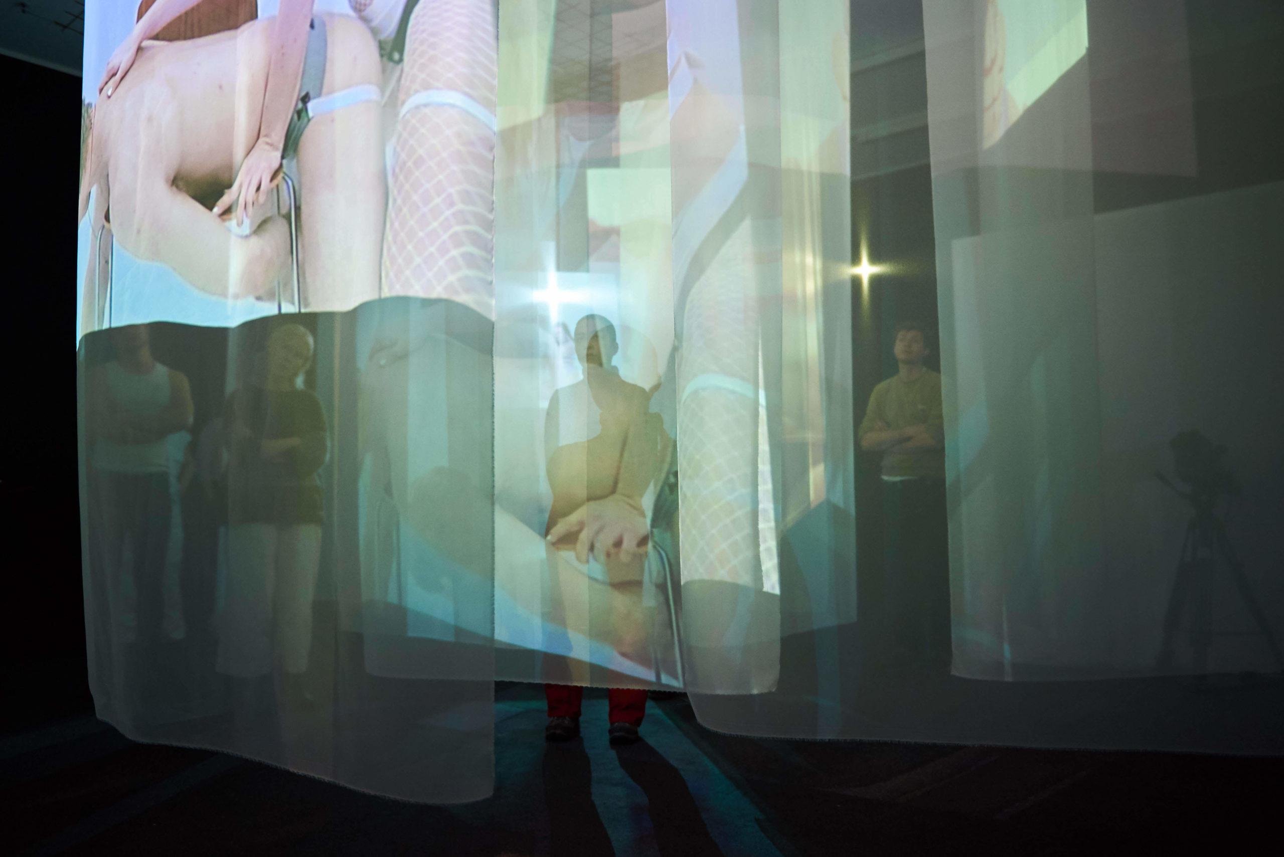 Kopi-af-PEEPshow_installation5_Copyrights_DetOvaleRum_Photographer_Sebastian-T.-Thorsted.jpg